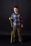 Pojken skjuter en pilbåge Arkivfoto
