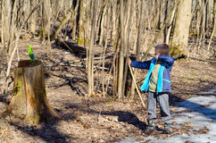 Pojken skjuter en pilbåge Royaltyfri Foto