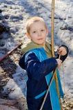 Pojken skjuter en pilbåge fotografering för bildbyråer