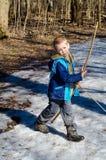Pojken skjuter en pilbåge arkivbilder