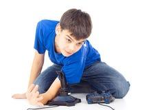 Pojken skjuter styrspaken Arkivfoton