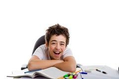 Pojken skrattar benägenhet på den tomma boken med korsade armar royaltyfria bilder