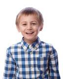 Pojken skrattar på en vit bakgrund Royaltyfri Foto