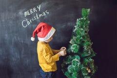 Pojken skrev en inskrift glade Cristmas jul min version för portföljtreevektor Xma Arkivbilder