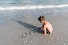 Pojken skriver `en för ord`-mamman, Royaltyfria Bilder