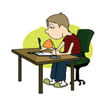 Pojken skriver med en penna som sitter på tabellen Royaltyfria Bilder
