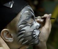 pojken som barn gör, gör upp s Fotografering för Bildbyråer