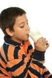 Pojken som dricker ett exponeringsglas av, mjölkar royaltyfri fotografi