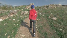 Pojken som går till det forntida, fördärvar i Pamukkale, Turkiet lager videofilmer