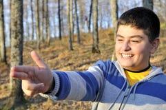 pojken som ger den lyckliga trycksprutahanden, gör ditt Royaltyfria Bilder