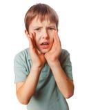 Pojken som kallar ungar, gråter rop som tonåringen öppnade hans Arkivbild