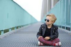 Pojken som kläs modernt, poserar som en modell arkivbilder