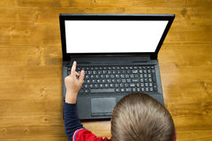 Pojken som pekar för att avskärma bärbara datorn Royaltyfri Foto