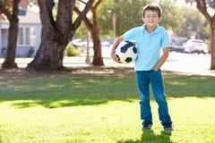 Pojken som poserar med fotboll, klumpa ihop sig Fotografering för Bildbyråer