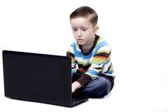 Pojke som leker med en bärbar dator Arkivfoton