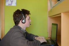 Pojken som talar på samkväm, knyter kontakt arkivfoton