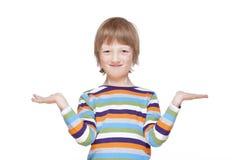 Pojken som ut sträcker hans armar med, gömma i handflatan upp, att se som ler Arkivfoton