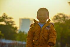 Pojken som växer upp i solen arkivbilder