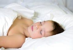 Pojken sovar Arkivbilder