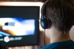 Pojken spelar en dataspel Royaltyfri Foto