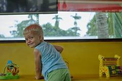 Pojken spelar leksaker i lekrum Royaltyfri Fotografi