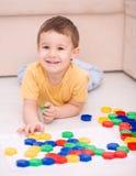 Pojken spelar med byggnadskvarter Royaltyfri Bild
