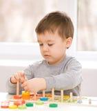 Pojken spelar med byggnadskvarter Royaltyfri Foto
