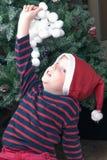 Pojken spelar med snöbollar Royaltyfri Bild