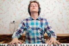Pojken spelar pianot royaltyfri fotografi