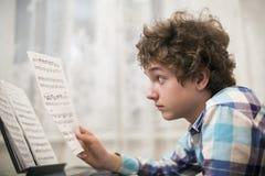 Pojken spelar pianot Royaltyfri Foto