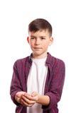 Pojken sträckte hans armar framme av honom Arkivbild