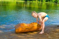 Pojken svävar på floden fotografering för bildbyråer