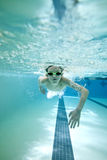 pojken sveper simning Royaltyfria Bilder