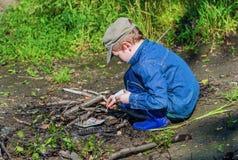 Pojken tänder en brand i träna Fotografering för Bildbyråer