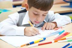 pojken tecknar royaltyfri bild