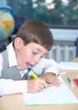 pojken tecknar royaltyfria foton