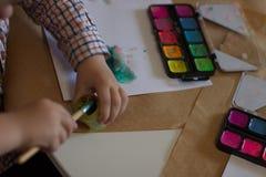 pojken tecknar Fotografering för Bildbyråer