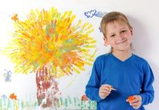 pojken tecknar bilden arkivbilder