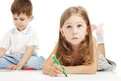 pojken tecknar flickan royaltyfri fotografi