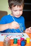 pojken tecknar little royaltyfria bilder