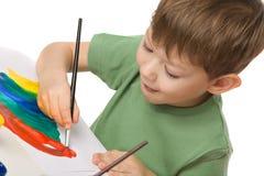 pojken tecknar målarfärger royaltyfria bilder