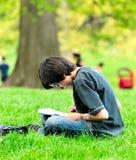 pojken tecknar parken royaltyfri fotografi