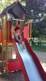 Pojken tycker om att spela i parkera Royaltyfri Foto