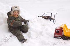 pojken tycker om little vintern Arkivfoton