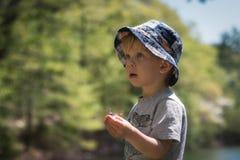 Pojken undersöker naturen Royaltyfria Bilder