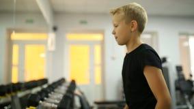 Pojken väljer en hantel lager videofilmer
