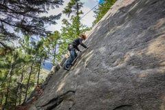 Pojken vaggar klättring utomhus royaltyfri fotografi