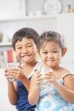 pojken varje glass holding för flickan little mjölkar två Royaltyfria Foton