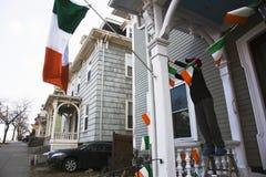 Pojken visar den irländska flaggan, Sts Patrick dag ståtar, 2014, södra Boston, Massachusetts, USA Royaltyfri Foto