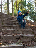 Pojken visar hans handsammanträde på trappan Arkivbilder